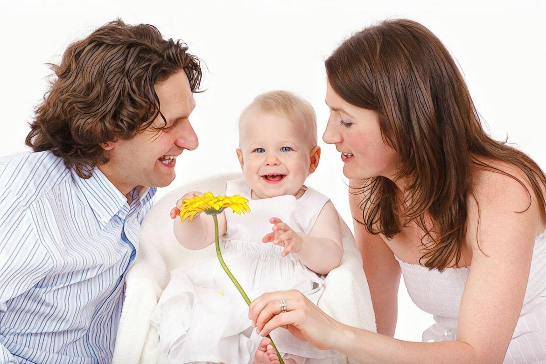 родители и ребенок без прыщей