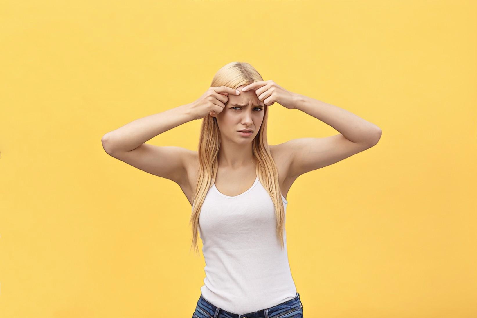 девушка с прыщиками на коже головы