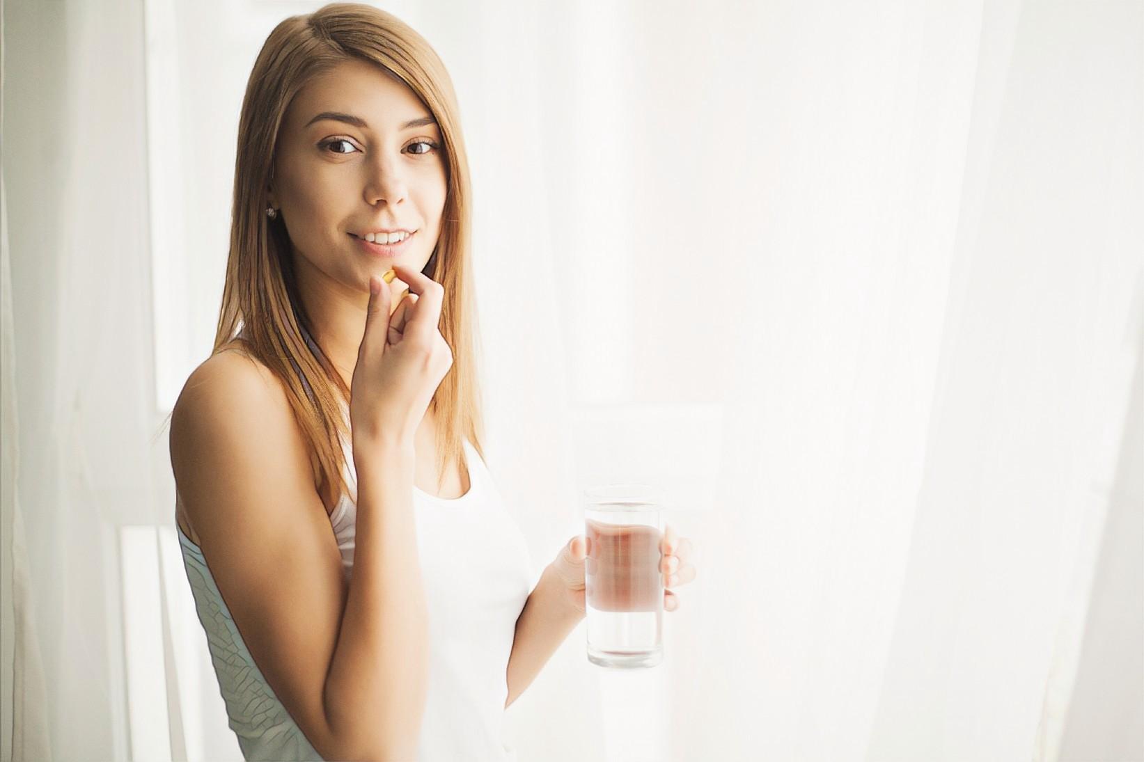 девушка принимает системные антибиотики, которые приводят к дисбактериозу