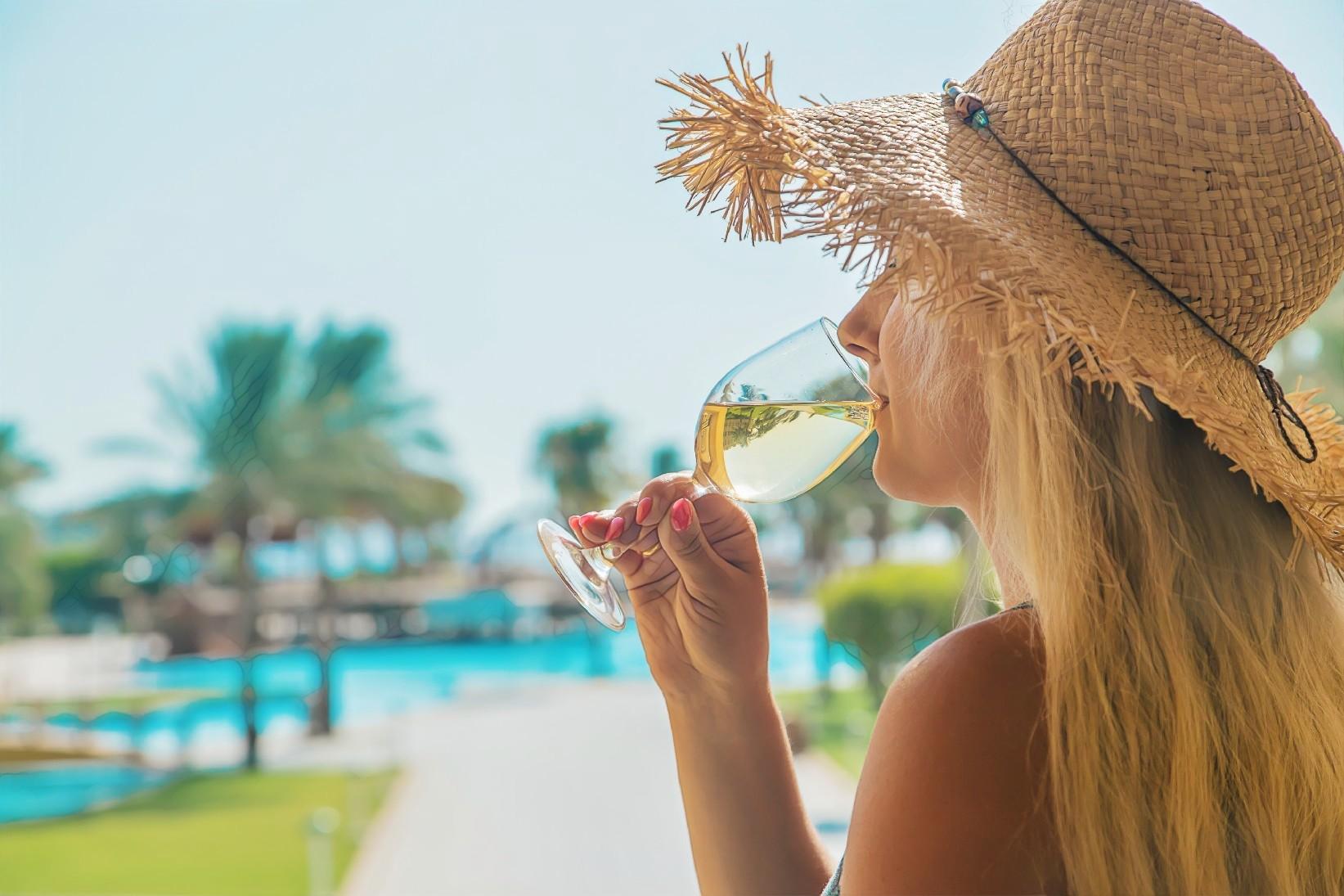 Девушка снижает риск вреда для кожи из-за алкоголя