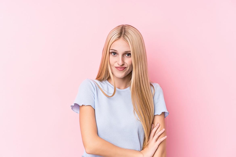 фото девушки на розовом фоне