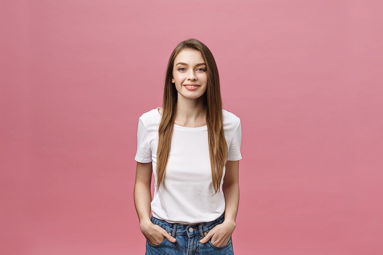 фото девушки после пилинга на розовом фоне
