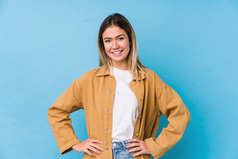 фото девушки на голубом фоне после использования желтой глины