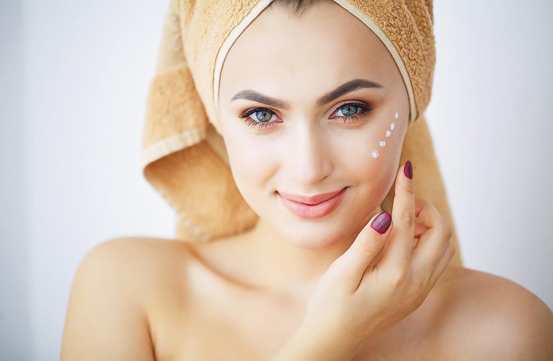 девушка с точками крема на лице
