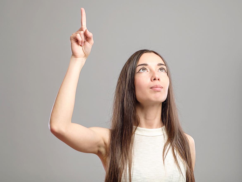 девушка подняла палец вверх
