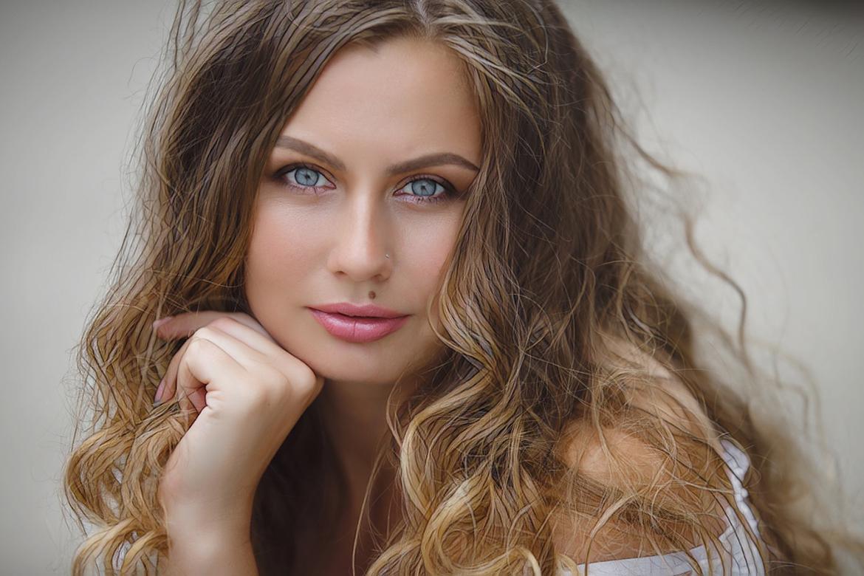 девушка с волнистыми волосами