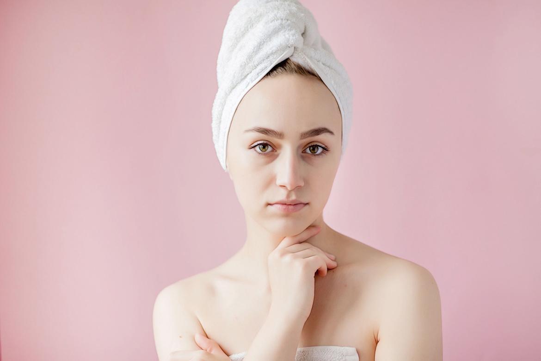 девушка в полотенце на розовом фоне