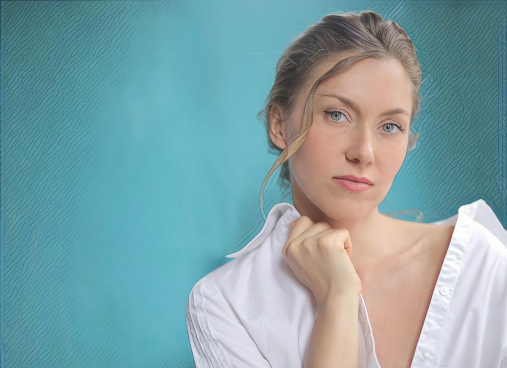 фото крупным планом красивой женщины в белой рубашке
