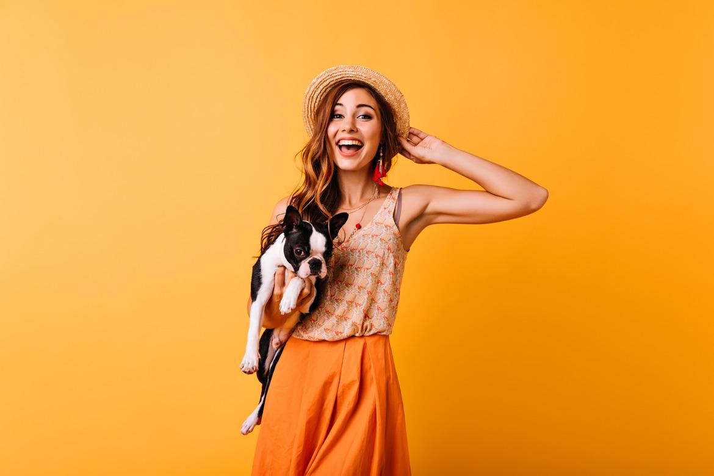 Девушка улыбается со своей собакой