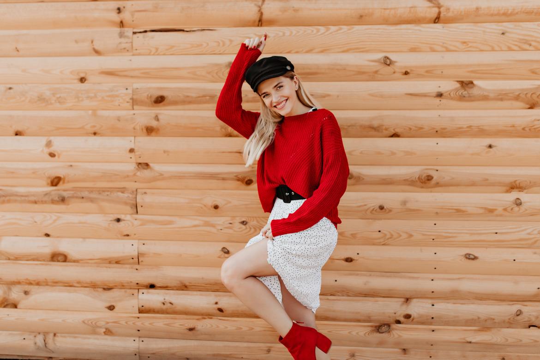 Красивая девушка в красном веселится