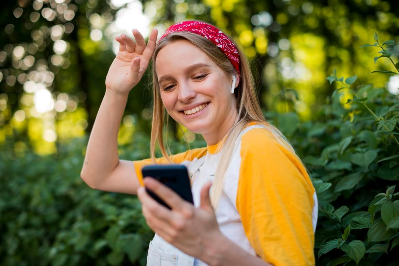 Девушка на улице слушает музыку