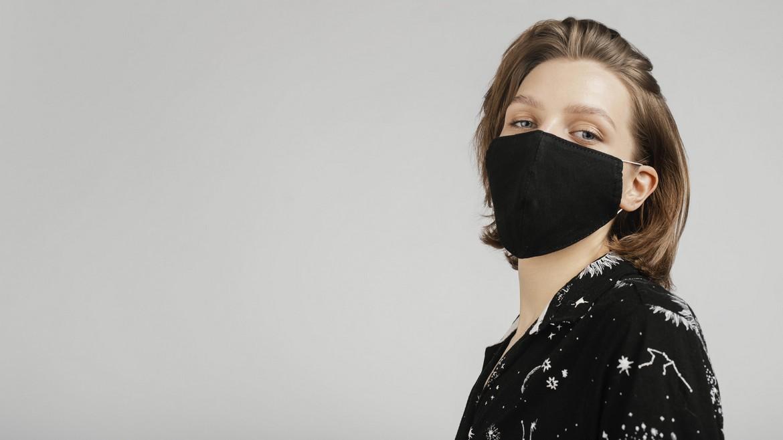 Девушка модель в маске