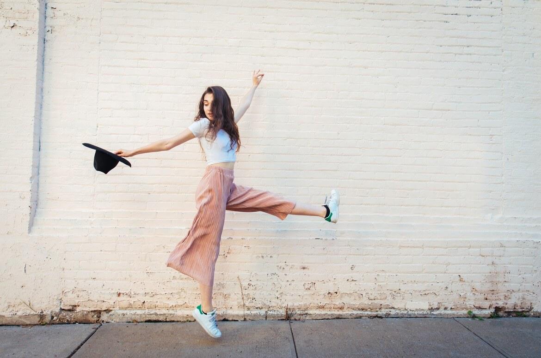Девушка с шляпой танцует на улице