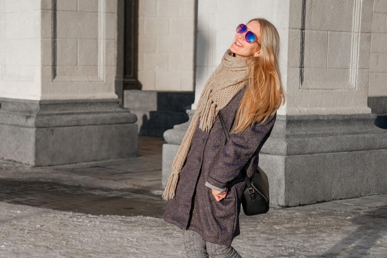 Девушка в шляпе на улице радуется погоде
