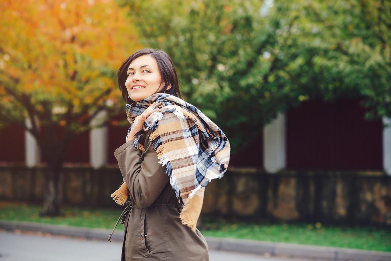 Девушка с шарфом гуляет