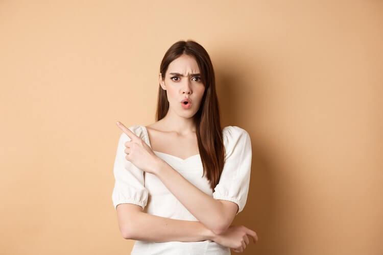Что это такое.шокированная и злая женщина ругает человека