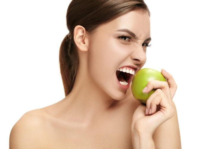 Милая девушка есть яблоко