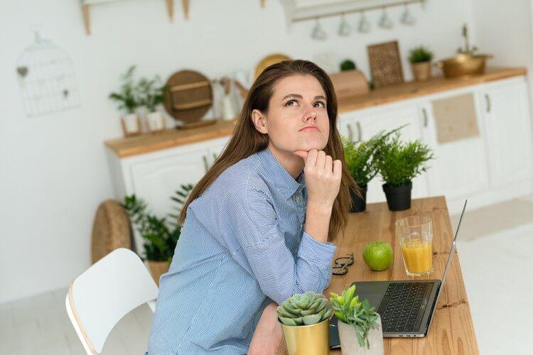 Задумчивая недовольная женщина думает о решении проблемы